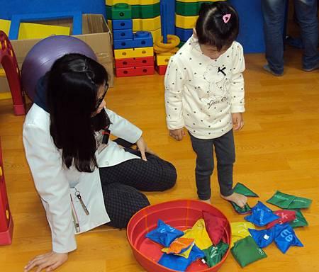 物理治療師訓練小朋友的下肢功能