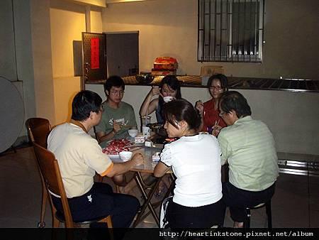 中秋夜溫馨的家庭聚餐_6.jpg