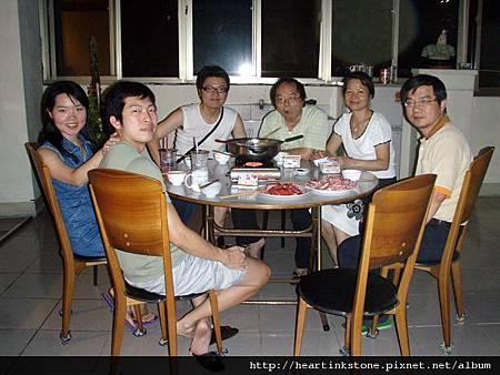 中秋夜溫馨的家庭聚餐_7.jpg