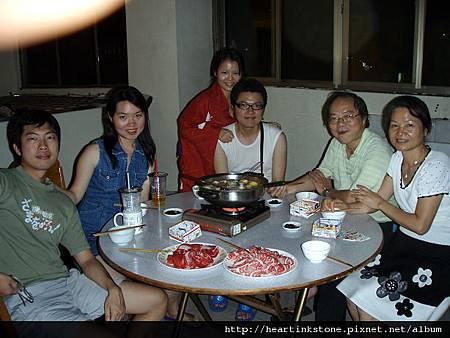 中秋夜溫馨的家庭聚餐_8.jpg