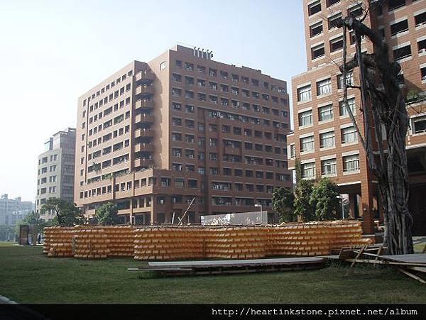 自強校區的橘色迷宮1.jpg
