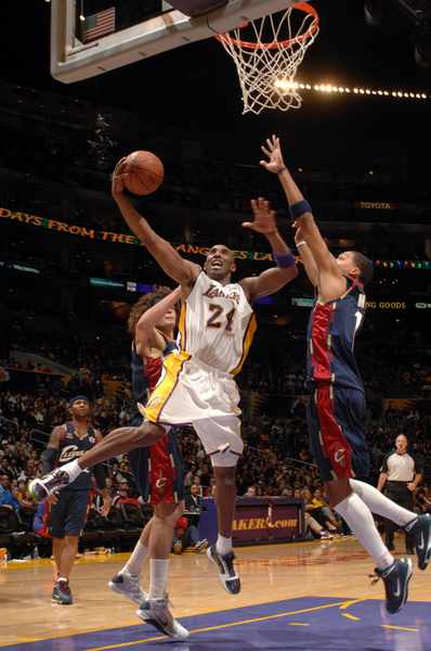 89a2905f58a07dd356ea82bdd42fa73d-getty-90042403ng050_cavs_lakers.jpg