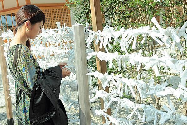 2011-京都之旅-稻禾神社-許願的少女.jpg