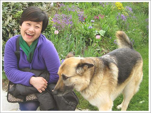 羅騰堡-Nancy和狗狗.jpg