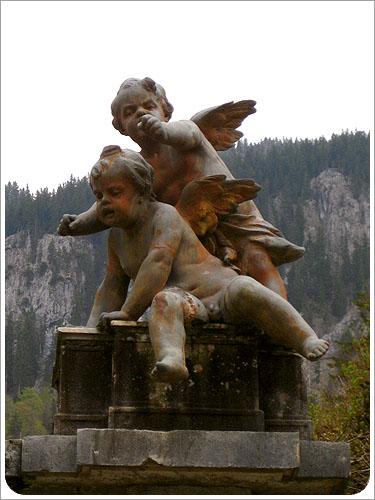 林德霍夫堡-詭異的雕像.jpg