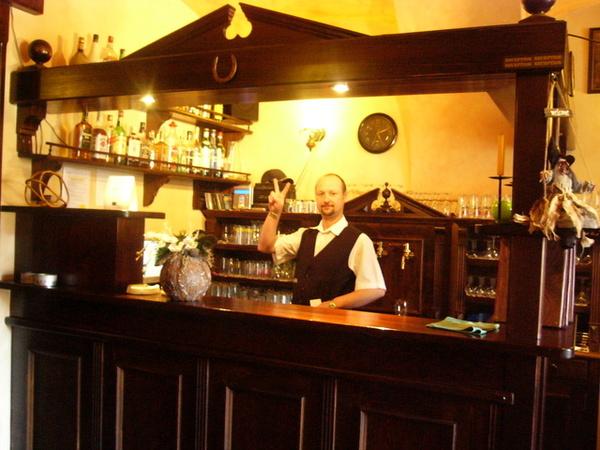 城區內的bar的微笑的服務生