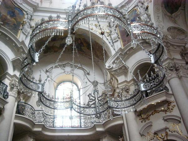 教堂中美麗的水晶弔燈