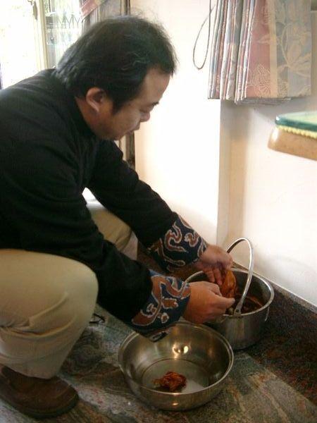 老師正用鹽水洗,將染色穩固1