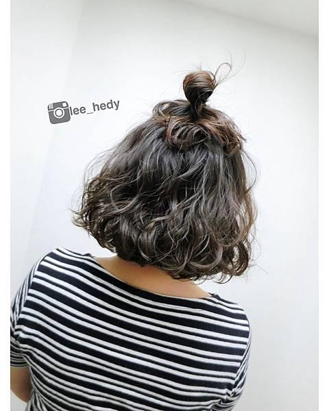 慵懶卷短髮+丸子頭造型