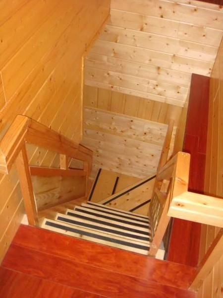 重頭戲囉,我們住的超貴山莊房間,這是地下樓梯