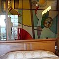 爸媽的床與玻璃壁畫