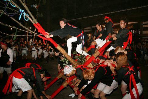 榊祭抬轎是非常激烈且危險的勞動