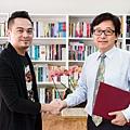 雷斯利傳媒總經理鄭博元(左);秀威資訊總經理宋政坤(右).jpg