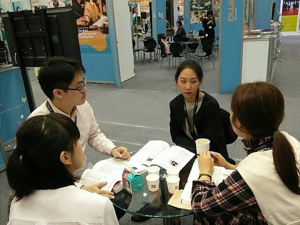 主辦單位、韓國買家與出版社代表熱烈討論IP媒合.jpg