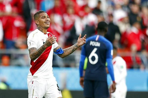 2018年世界盃小組賽第二輪法國1:0祕魯:祕魯頭牌前鋒格雷羅獨木難撐,整場只有一次禁區攻門機會。.jpg