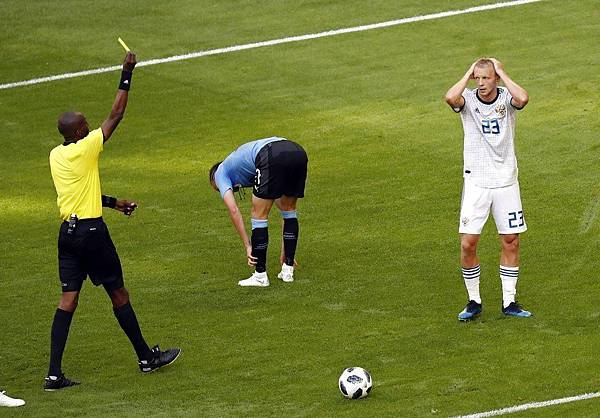 2018年世界盃小組賽第三輪烏拉圭3:0俄羅斯:斯莫尼科夫(Igor Smolnikov,右)吃了兩張黃牌。