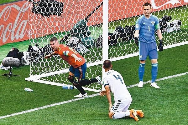 2018世界盃16強淘汰賽西班牙PK3:4俄羅斯:西班牙與地主俄羅斯十六強賽,俄羅斯伊格尼許夫奇(中)開賽十二分鐘擺烏龍,送西班牙一球。