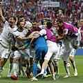 2018世界盃16強淘汰賽西班牙PK3:4俄羅斯:俄羅斯門將阿金費耶夫(藍色球衣)精彩擋下西班牙兩記罰球成贏球大功臣,接受隊友狂賀。