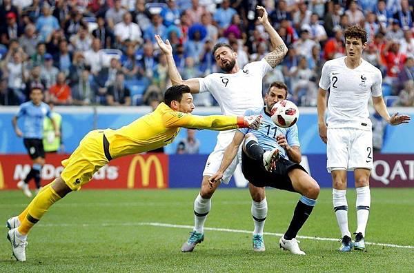 2018世界盃8強淘汰賽法國2:0烏拉圭:法國守門員洛里斯(左)表現優異,4次撲救都非常關鍵。