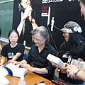 島田桑還是微笑地幫大家簽書