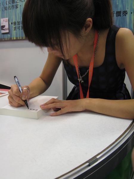 謝曉昀老師幫我們簽書