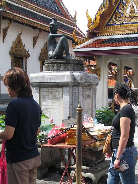 玉佛寺入口處的「濟公」
