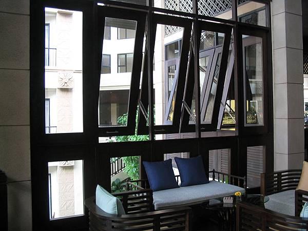咖啡廳的窗戶設計亦富巧思