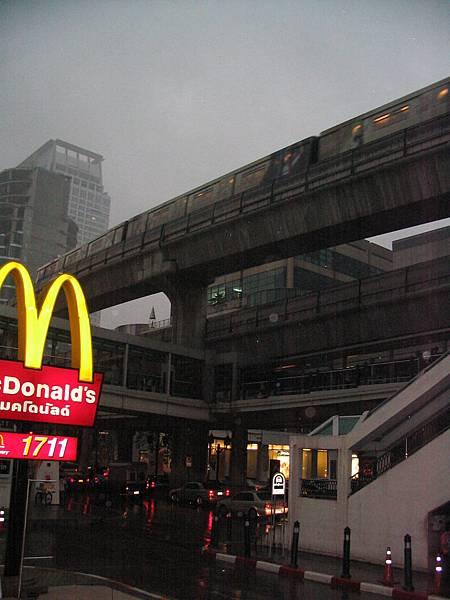 雨幕中的空鐵進站