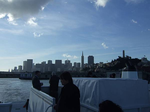 在船上遠望舊金山市和泛美金字塔
