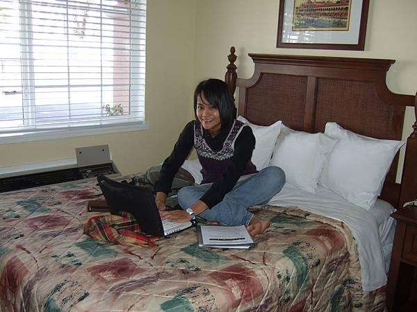 認真的學姐,一進房間就忙著確認網路