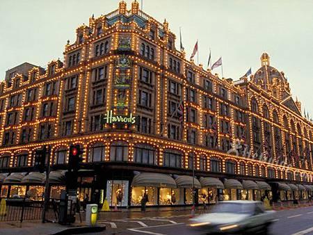 位於英國倫敦的Harrods百貨被國外網路媒體評選為,全球10大假日採購奢華百貨之一,追溯歷史,這家創立於英國的Harroda在1849時期,僅是目前現址布朗登路( Brompton Road )上的一家小型雜貨鋪,創辦人Charles Henry Harrod當時僅雇用了兩名員工,但就此揭開了Harrods百貨的傳奇。   第一次接觸到「Harrods」這個名稱是筆者多年前,服務於一家英國茶品進口公司擔任企劃經理職務時才接觸到的,大家或許都知道英式下午茶的起源是英國貴族婦女間,打發無聊午后時光的社交方式,當然這樣的文化後來也普及到市井小民間,成為代表英國文化的一部分,但有名的英國紅茶當然不是種植於英國,直至今天,全球知名的紅茶產區還是印度的斯里蘭卡,那是源起於英國殖民文化盛行的年代,許多老舊的插畫都畫著,有錢的英國白人乘著火車在印度旅行,旁邊的隨從們就是印度男子,而這些商務旅行多是與茶葉的出口有著很大的關係。   以Harrods當時在社會貴族的地位,滿足上流社會休閒奢侈消費生活種種所需,不正是一家百貨公司的主要營業項目,這與台灣早期感覺百貨公司是給有錢人逛的心態是一樣的。也因此Harrods很早就開始做起英國紅茶的進出口生意,也是一家相當專業的紅茶製造公司,經過了近百年來對於紅茶文化的鑽研與製造,當今的Harrods紅品早就成為全球紅茶中的精品。   當然並不是所有的茶葉摘下來製作加工後,都成為同一種紅茶,大家常在飲料店點的不同紅茶就是來自於製作方法不同,或是茶葉產區的不同,但其實很多人都是分辨不出來,只知道大吉嶺、阿薩姆、錫蘭紅茶….這些讓人記都記不得的名子,但至少各位可以知道,撇開品牌的包裝價值不看,最頂級的紅茶就是『大吉嶺』原因就是她的產區就叫做大吉嶺,是斯里蘭卡中高緯度的茶葉產區,宛如台灣山嵐渺渺的頂級阿里山高山茶一般的崇高地位。   但當然即便都種植於高山上,茶種及不同緯度也會出現不同的口味,那麼在斯里蘭卡Harrods自有的茶園茶中,那名為Okayti珍系茶就是是Okayti茶園中最好、最獨特的紅茶。經過採茶師長達8小時的精心挑選,約60克茶葉中只有15到20克才能製作成Okayti珍系茶。而在種植約2,000,000棵茶叢的Okayti茶園中,只有1,250棵茶叢能產出相同品質的茶葉。聽起來是不是很厲害,所以大約125克重的Okayti珍系茶就賣以新台幣2,200價格的確很高檔。   當然今天你想要買到這種貴族級的好茶,不必飛到英國倫敦的Harrods百貨了,早在2007年台灣的百貨龍頭新光三越,就將全系列的Harrods茶及周邊商品代理進百貨商場中,以Harrods Store店中店的精品型式經營。如果你也是紅茶的愛好者或是英國茶飲文化的追隨者,不妨到台灣Harrods Store體驗這個百年老店的茶品魅力。