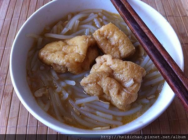 油豆腐粗短米粉湯(附白色豬骨頭湯熬法)
