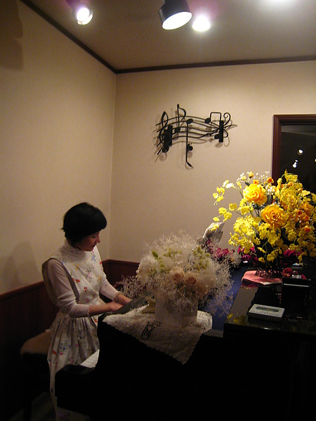 IMG_5207飯後起鬨讓民宿太太為我們表演一小段歌劇...(精采的都讓我起雞皮割搭了....).JPG