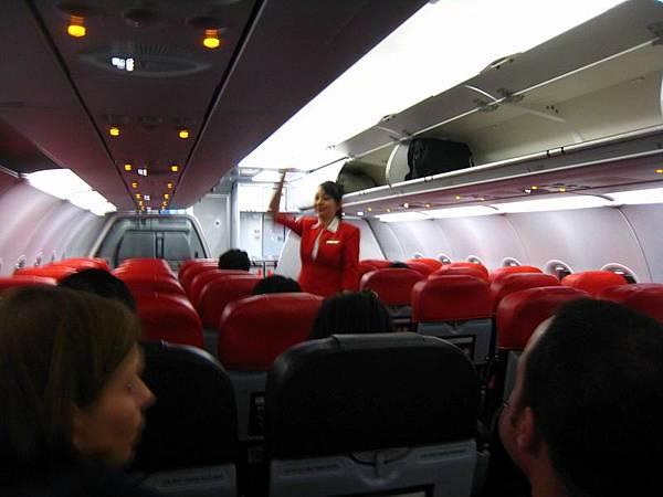 001亞航初體驗...座位好像窄一點點而已,整體感覺還蠻不錯的.JPG