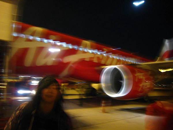 002搭乘廉價航空- 亞航到曼谷 (因為是不知情誤拍的...SO就此糊糊的一張).JPG