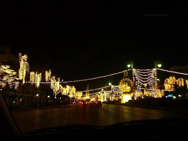 008由於12月正好碰上泰皇誕辰,這段街上掛起了燈海.JPG