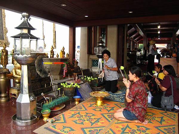 063泰國人對佛教相當虔誠,外面的縮小版臥佛,也很多人參拜....JPG