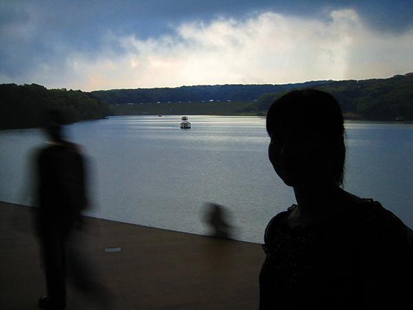 IMG_4987晃動的人影..反而營造出異鄉流浪的孤獨感.JPG