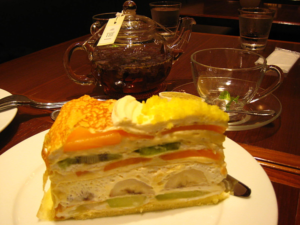 IMG_4903蛋糕配上一壺淡淡香氣的草本茶...太搭了....JPG