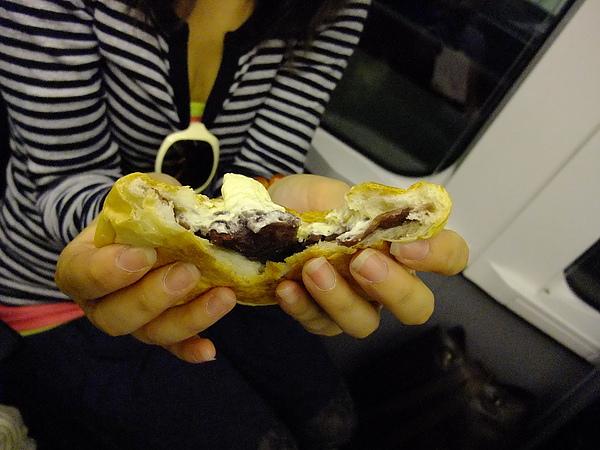 1185-看這飽滿的餡,十勝紅豆和北海道奶油的組合,真是絕配.JPG