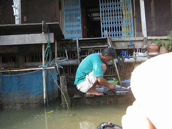 202很生活化的一面-爺爺在河邊...處..理..魚.JPG