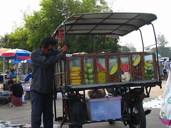 272泰國常見的水果攤販車.JPG