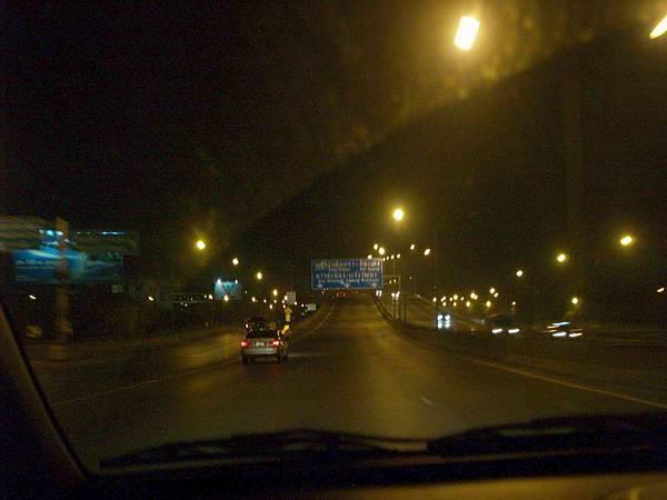 007泰國高速公路行進中..泰國的路感覺高低起伏不斷.JPG