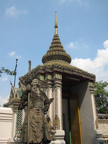 047臥佛寺,是曼谷最大的佛寺,裡頭也設有正宗的泰式按摩學校,泰國的按摩師傅多半出自這所名校.JPG