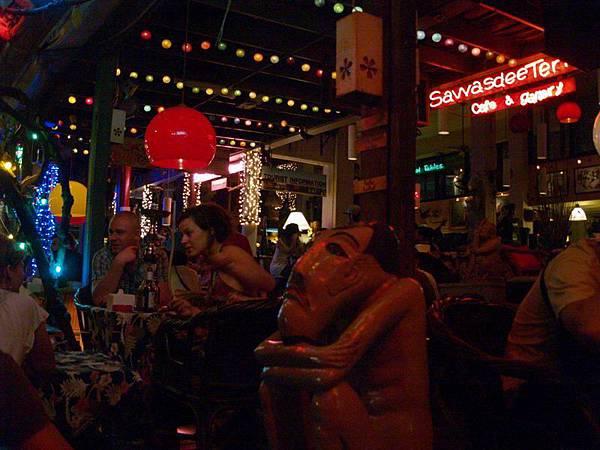 020考山路上的酒吧..外國人都混在這兒喝酒,好像都不用睡的...JPG