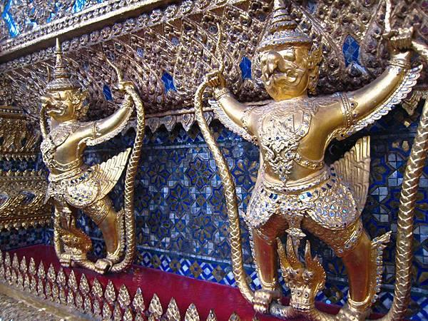 100建物一角,這應該也是泰國神話裡的人物吧.JPG