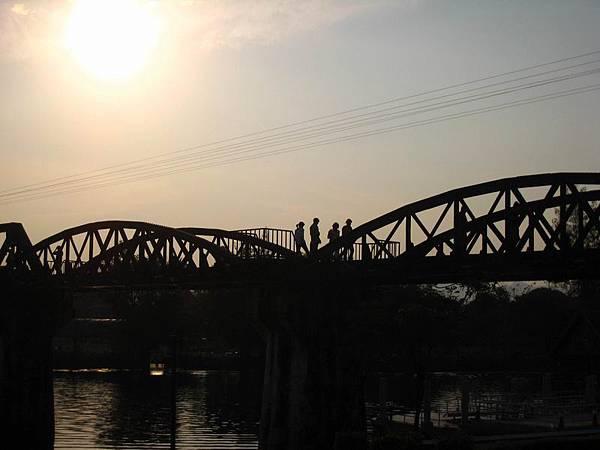 289桂河大橋夕陽...美麗的剪影呀.JPG