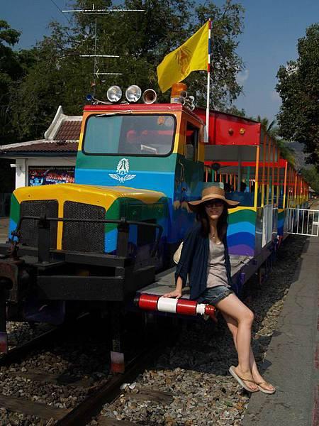 258告別悲慘歲月,現在的桂河大橋還有觀光小火車..(這張是誰幫我照的,腿有細長,我很滿意!..哈哈)