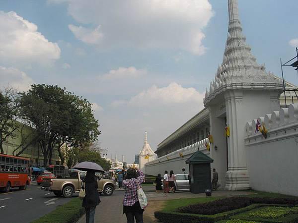 075吃飽飽,步行前往大皇宮...實在太熱了,決定不再矜持...我就是觀光客!我就是怕曬要撐傘.JPG