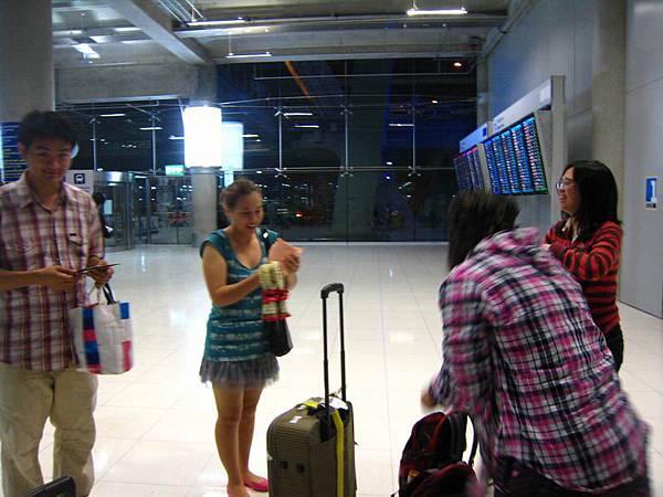 004PIG的泰國友人意外前來接機 --燕子妹妹和章魚弟弟情侶檔.JPG